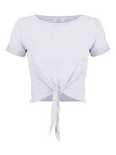 DECCA T-SHIRT CON NODO RIGHE BIANCO NERO T-shirt corta a maniche corte e scollo tondo. Vestibilità regolare, veste la taglia indicata. Composizione: 70% poliestere, 30% viscosa.
