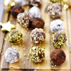 Zutaten: 250 g Schokolade 100 g Butter 2 Eigelb 1 Päckchen Vanillezucker 80 g Puderzucker Für den Belag...