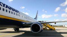 EINDHOVEN - Een Ryanair-piloot was het er maandag op zijn zachtst gezegd niet mee eens dat hij niet mocht landen op Eindhoven Airport. Vlak daarna begon de ceremonie voor MH17-slachtoffers op Vliegbasis Eindhoven. Volgens Ryanair ligt de fout echter bij de luchtverkeersleiding.