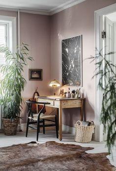"""Para o recinto [o quarto], ela indica Adorno Rupestre, a cor de 2018 da Coral que tinge o ambiente da foto. """"O tom suave e quente de rosa-acinzentado faz referência às qualidades táteis da madeira e do couro natural, transmitindo comodidade e tranquilidade em resposta a quem deseja se abrigar e criar uma 'casa que acolhe'"""", explica. (Foto: Divulgação) #decoração #decoration #rosa #cores #tendencias"""