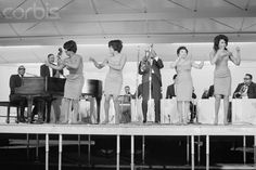 Ray Charles at Soundblast '66 at Yankee Stadium (June 10). Raelettes f.l.t.r.: Merry Clayton, unidentified, Gwen Berry, Clydie King. Photo: Michael Ochs Archives/Corbis.