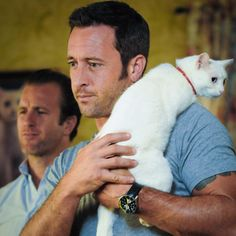 Lucky cat!  ♥♥♥  TONIGHT!! #H50 ep 5.17 - Scott Caan and Alex O'Loughlin