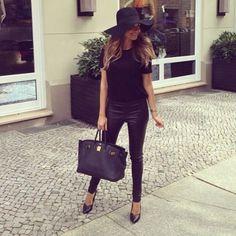 """Fashion-Looks: Auf Instagram klärt sie das Rätsel auf, wo sie ihre Kleidung kauft. Ihr Look: Zur teuren Hermès-Tasche kombiniert Mandy Kleidung von Modeketten wie Cos, H&M und Andotherstories. Bereits als sie bei """"Let's Dance"""" teilnahm, munkelte man, ob sie ihren Look vielleicht bei JLo klaut ..."""
