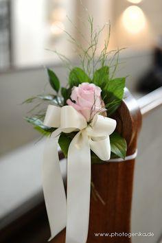 Hochzeit Kirchenschmuck Rose in rose mit grün und weißer Schleife