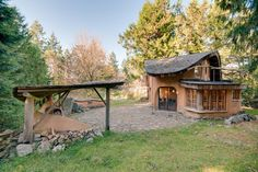 Blockhütte in Mayne Island, Kanada. Featured in numerous books on natural building, our cottage is a welcoming and cozy retreat hand sculpted of local, sustainable natural materials located on a lovely acreage with sheep, gardens and orchards.  Guests have access to the entire cotta...