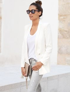 Classic white blazer, white t-shirt, grey skinny jeans Fashion Mode, Grey Fashion, Look Fashion, Fashion Outfits, Street Fashion, Edgy Style, Casual Chic Style, Mode Style, White Blazer Outfits