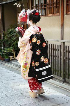 Darari obi of okiya Yoshifumi (Miyagawacho) Japanese Kimono, Japanese Fashion, Noh Theatre, Japan Spring, Kabuki Costume, Ichimatsu, Japan Photo, Japanese Culture, Traditional Dresses