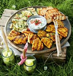 Grillrezepte: 21 Rezepte zum Grillen Out in the garden. Or in the park. We throw on the grill and serve you 21 irresistibly delicious barbecue recipes. Barbecue Recipes, Grilling Recipes, Pork Recipes, Diet Recipes, Healthy Recipes, Chicken Recipes, Barbacoa, Grill Party, Hamburger Meat Recipes