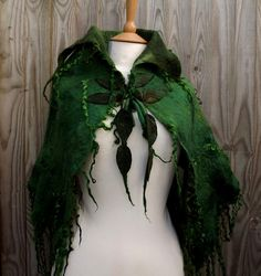 Individuell für Sie moosigen grün Schulter Cape, für Waldspaziergänge und magische Ereignisse erstellt. Weich und kuschelig zu tragen. Geeignet für das tragen über Mäntel oder Jacken im Winter oder an wärmeren Tagen die Kälte fernzuhalten. Würde auch die perfekte Ergänzung zu einem besonderen