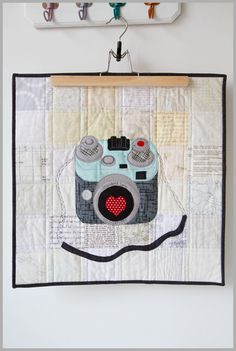Toller Kamera-Mini-Quilt von The Littlest Thistle - Blumen Bilder Small Quilts, Mini Quilts, Quilting Projects, Quilting Designs, Farm Quilt, Doll Quilt, Quilted Wall Hangings, Sewing Basics, Mug Rugs