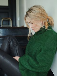 Fashion Inspiration: A dark green knit rollneck and black leather leggings