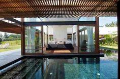 terrasse moderne avec pergola et piscine
