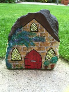 Casa de piedra de pintado a mano por Rockinglovely en Etsy