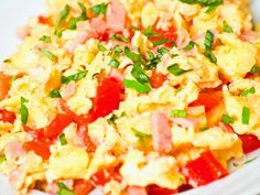 Scrambled eggs with tomatoes and ham - Healthy Drinks to Lose Weight New Recipes, Baking Recipes, Healthy Recipes, Warm Food, Paleo Breakfast, Scrambled Eggs, Healthy Drinks, Ham, Clean Eating