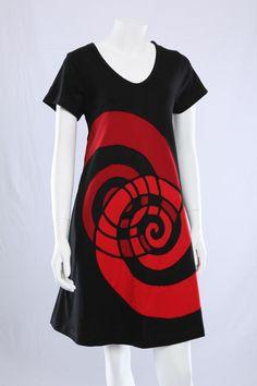 Sort A-kjole med røde spiraler.