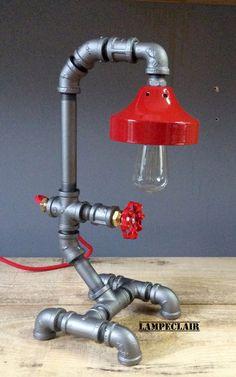 Lampe de table fabriquée de pièces recyclées et de tuyaux  - Éclairage indusrielle - rouge - rend lamp - steampunk - loft lamp - deco industrial