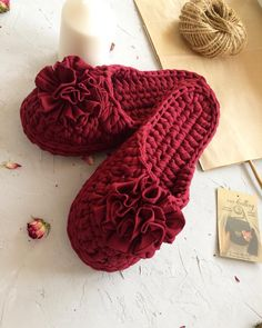 This is a step by step 48 minu Crochet Gifts, Easy Crochet, Knit Crochet, Crochet Flip Flops, Crochet Slipper Pattern, Crochet Sandals, Knit Shoes, Knitted Slippers, Fabric Yarn