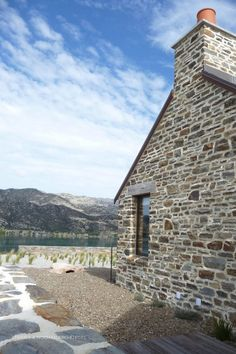 Lake Dunstan Stone House by Chaney & Norman Architects Stone Cladding Exterior, Natural Stone Cladding, Stone Exterior Houses, Exterior House Colors, Vernacular Architecture, Modern Architecture, Stone Cottages, House On The Rock, Modern Cottage