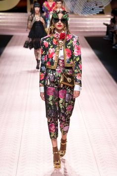 Dolce & Gabbana Spring 2019 Ready-to-Wear Collection - Vogue Pink Fashion, Colorful Fashion, 90s Fashion, Autumn Fashion, Fashion Outfits, Womens Fashion, Fashion Trends, Style Haute Couture, Couture Fashion