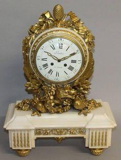 Relogio Frances Louis XVI em marmore branco e ormolu, assinado,
