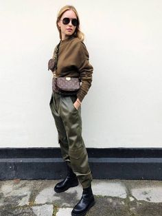 a military inspired look with a brown top, olive green military pants, chunky boots and a simple crossbody Cool Street Fashion, Look Fashion, Autumn Fashion, Womens Fashion, Petite Fashion, Fashion Clothes, Fashion Tips, Outfits Pantalon Verde, Mode Outfits