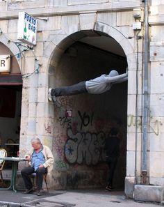 Envie parfois de pousser les murs... ? /  Street Art. / By Mark Jenkins.