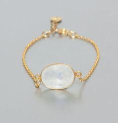 Bracelet en laiton doré à l'or fin, pierre fine, labradorite ou pierre de lune blanche.    Mystérieuse et envoutante la pierre de lune qui orne Jeanne prend des