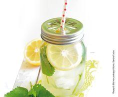 An fordernden Wandertagen darf dieses isotonische Spezial-Getränk nicht fehlen. Dieser selbstgemachte Power-Eistee ist noch gesünder, mit extra frischer Zitrone und Melisse. Forever Young! #Isotonic #Icetea #glutenfrei #laktosefrei #zuckerfrei #prokopp Iced Tea, Matcha, Aloe Vera, Mason Jars, Drinks, Blog, Lemonade, Lemon, Organic Beauty
