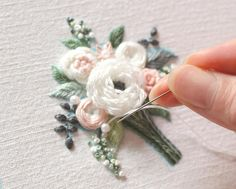 brazilian embroidery for beginners Ribbon Embroidery Tutorial, Flower Embroidery Designs, Silk Ribbon Embroidery, Crewel Embroidery, Hand Embroidery Patterns, Vintage Embroidery, Embroidery Kits, Embroidery Supplies, Embroidery Needles