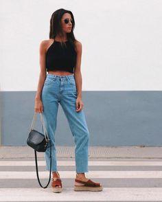 6 Calçados despojados para incorporar no look de verão. Top cropped preto, mom jeans com barra desfiada, espadrilha marrom
