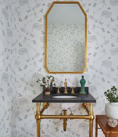 Complete with pedestal sinks, clawfoot tubs, and square subway tile walls, these 14 retro bathrooms are proof that modern isn't always best. Decor, Retro Bathrooms, Small Spaces, Small Space Interior Design, Space Interiors, Small Space Design, Space Design, Small Space Bathroom, Bathroom Design