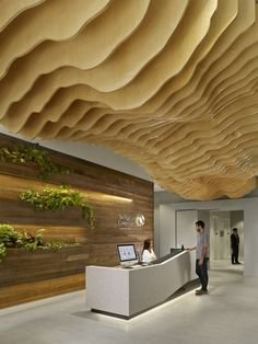 a topographic ceiling installation hangs above the HQ of the nature conservancy in san francisco by MKTHINK. see more over on image by cesar rubio Lobby Design, Design Entrée, Wood Design, Design Ideas, Design Hotel, Urban Design, Reception Furniture, Reception Desk Design, Reception Counter