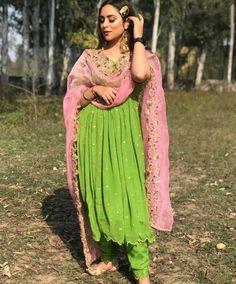 Indian Fashion Salwar, Indian Fashion Dresses, Punjabi Suits Designer Boutique, Indian Designer Suits, Embroidery Suits Design, Embroidery Fashion, Beaded Embroidery, Latest Suit Design, Indian Dress Up