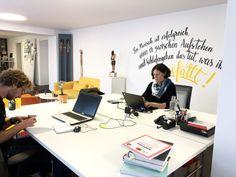 Der New-Work-Gedanke beschäftigt die 43-jährige Berufsnetzwerkerin Michaela Binder schon seit Jahren. Jetzt hat sie es gewagt und gemeinsam mit Thalgaus Noch-Bürgermeister Martin Greisberger (ÖVP) und seinem Nachfolger den ersten Coworking-Space im Land Salzburg auf die Beine gestellt – und zwar mitten in der Begegnungszone der 6.000-Einwohner-Gemeinde.