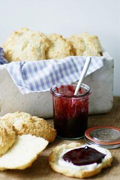 Fluffige Scones mit hausgemachter köstlichster Brombeer-Holunder-Marmelade... das ist ein feines und fruchtiges Sonntagsfrühstück!