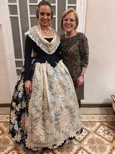 Spanish Woman, Color Negra, Sequin Skirt, Sequins, Design Inspiration, Regional, Skirts, Shoes, Ideas