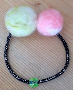 「毛糸の切れはしで作ろう!フェルトボールのヘアゴム」フェルト手芸用の羊毛ではなく、アクリルでもウールでも普通の毛糸で作れます! 水につけなくても刺すだけでOK! お好みの毛糸を使えますので、色のバリエーションも無限大☆ 中に芯として市販のわたを使い、短時間で作れるようにしています。 材料費もほとんどかからないので、バザーの出品にもぴったりです。 編み物のときに毛糸の切れはしを取っておき、作ってみるのもいいですね。 ブログ(http://d.hatena.ne.jp/pno2/20140120/1390460767)by pno♪ [材料]毛糸の切れはし/手芸用のわた/ヘアゴム/ヘアゴムに通せるビーズ