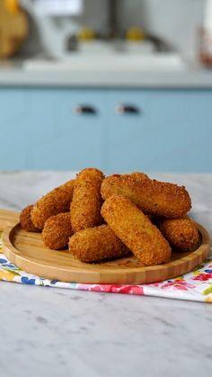 Receita com instruções em vídeo: Ninguém vai resistir a esse delicioso bolinho de tapioca!       Ingredientes: 1 xícara de tapioca granulada , 2 xícaras de leite fervente, 1 ½ xícara de queijo parmesão ralado, 2 colheres de sopa de salsinha picada, Sal, Pimenta-do-reino , 200g de muçarela cortada em bastão, 1 ovo, 1 xícara de farinha Panko Cheese Rolling, Brunch, Cool Things To Buy, Almond, Picnic, Rolls, Appetizers, Food And Drink, Low Carb