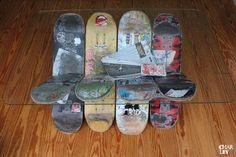 Bestehend aus 8 abgefahrenen Skateboards, ein paar Schrauben, einer Glasplatte und einem Kantholz, bedarf dieser Stylotisch also nicht allzu vielen Utensilien.