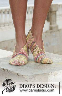 Gestrickte DROPS Schuhe in Fabel mit 2 Fäden gestrickt. Kostenlose Anleitungen von DROPS Design.