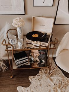 Vinyl Record Player, Record Wall, Record Players, Calathea, Home Decor Styles, Home Decor Accessories, Home Decor Near Me, Vintage Room, Aesthetic Bedroom