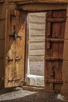 Door to palace courtyard, Najran Cultural Architecture, Architecture Design, Saudi Arabia Culture, Wild Animal Wallpaper, Old Doors, Aesthetic Backgrounds, Wallpaper Backgrounds, Decoration, Blue Abaya