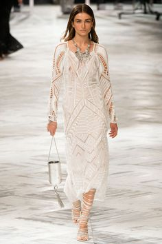 Les robes blanches de la Fashion Week printemps-été 2014: Roberto Cavalli http://www.vogue.fr/mariage/inspirations/diaporama/les-robes-blanches-de-la-fashion-week-printemps-ete-2014/15627/image/870725#!mariage-robe-blanche-le-defile-roberto-cavalli-printemps-ete-2014