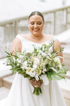"From the editorial ""This Wedding Proves That When It Comes to Wedding Decor - Sometimes Opposites Attract!"" We're head over heels for this bride's gorgeous style, especially her bouquet! 😍 ​Photographer: @aleegleibermanphoto #bridebouquet #weddingbouquet #classicbouquet #miamiwedding Vintage Wedding Theme, Chic Wedding, Rustic Wedding, Dream Wedding, Garden Wedding, Wedding Centerpieces, Wedding Decorations, Opposites Attract, Wedding Flowers"