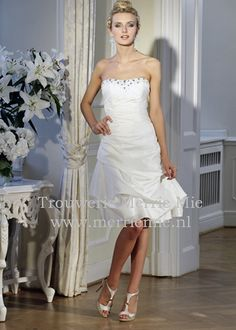 Short weddingdress by Isabel de Mestre.