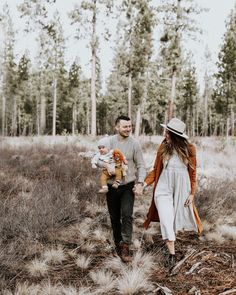 pin / v i e l l e Fall Family Picture Outfits, Summer Family Pictures, Family Photos With Baby, Outdoor Family Photos, Family Picture Poses, Fall Family Photos, Family Photo Sessions, Family Posing, Family Portraits