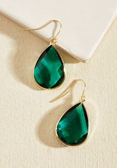 Add these gorgeous emerald green earrings to your outfit, and earn a round of applause for your unparalleled accessorizing! Framed with gleaming gold accents and textured with a diamond-shaped pattern, this pair gives your ensemble flair worthy of the highest acclaim.
