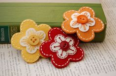 Felt and button flowers- easy learn-to-sew craft Button Flowers, Felt Flowers, Fabric Flowers, Felt Crafts, Crafts To Make, Fabric Crafts, Felt Embroidery, Felt Applique, Craft Projects