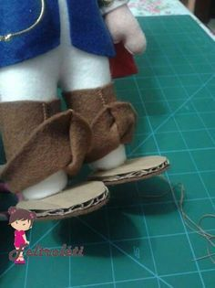 1 million+ Stunning Free Images to Use Anywhere Doll Shoe Patterns, Doll Patterns Free, Bunny Crafts, Doll Crafts, Accessoires Barbie, Sewing Dolls, Doll Tutorial, Doll Shoes, Felt Dolls