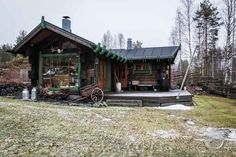 The traditional dark brown log the green details. Finnish Sauna, Custom Woodworking, Finland, Solid Wood, Cottage, Cabin, Traditional, House Styles, Building